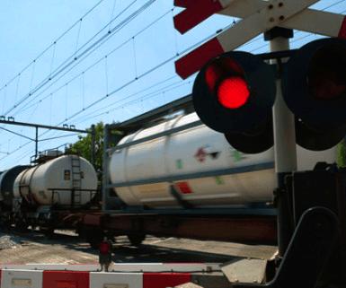 Graafmachine bij Sinderen aangereden door trein